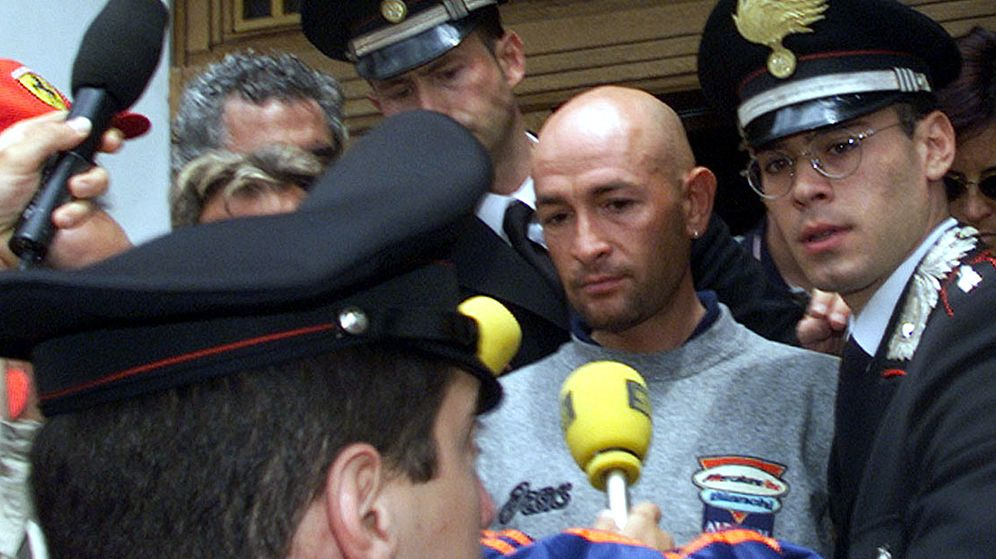 Foto: Marco Pantani sale escoltado por los carabinieri tras dar positivo en Madonna di Campiglio (Reuters).