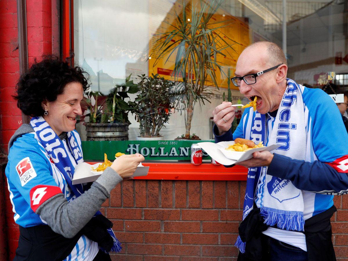 Foto: La comida sabe mejor cuando nuestro equipo gana. (Reuters / Carl Recine)