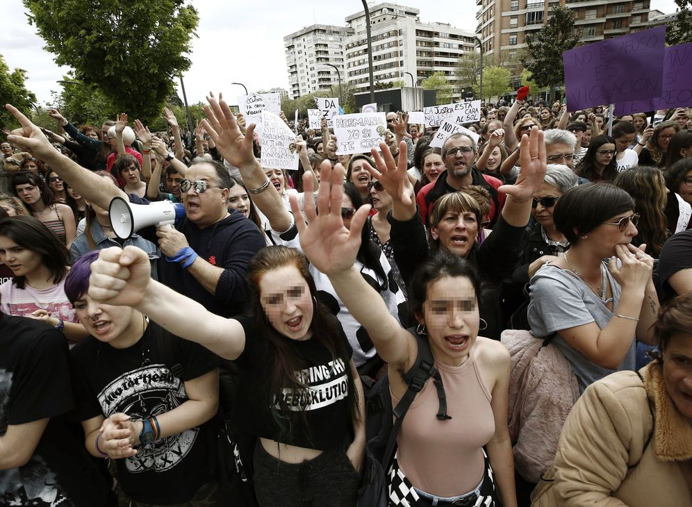Foto: Protesta en Pamplona ante la Audiencia Provincial para denunciar la sentencia contra La Manada. (EFE)