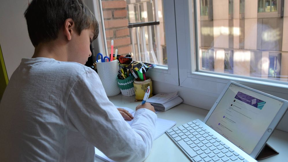 Foto: Claudio Cañizares, alumnos de 5º de primaria en Madrid, telestudia durante el confinamiento por el Covid-19.(M.G.R.)