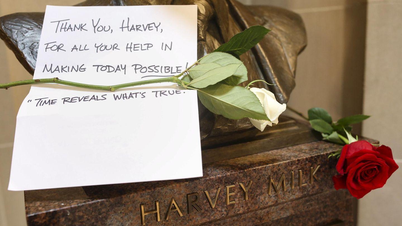 Carta de agradecimiento en un busto homenaje de Harvey Milk   Reuters