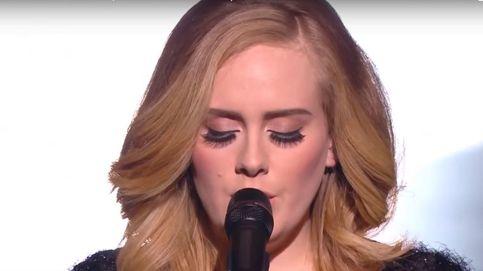 Adele y sus exageradas pestañas postizas durante una actuación en los NRJ Music Awards