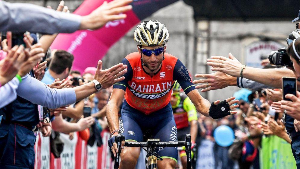Foto: Nibali del equipo Bahrain-Merida saluda a sus seguidores antes del comienzo de la quinta etapa.