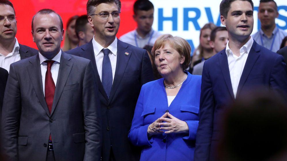 Foto: Manfred Weber, líder del Partido Popular Europeo, junto a Angela Merkel. (Reuters)