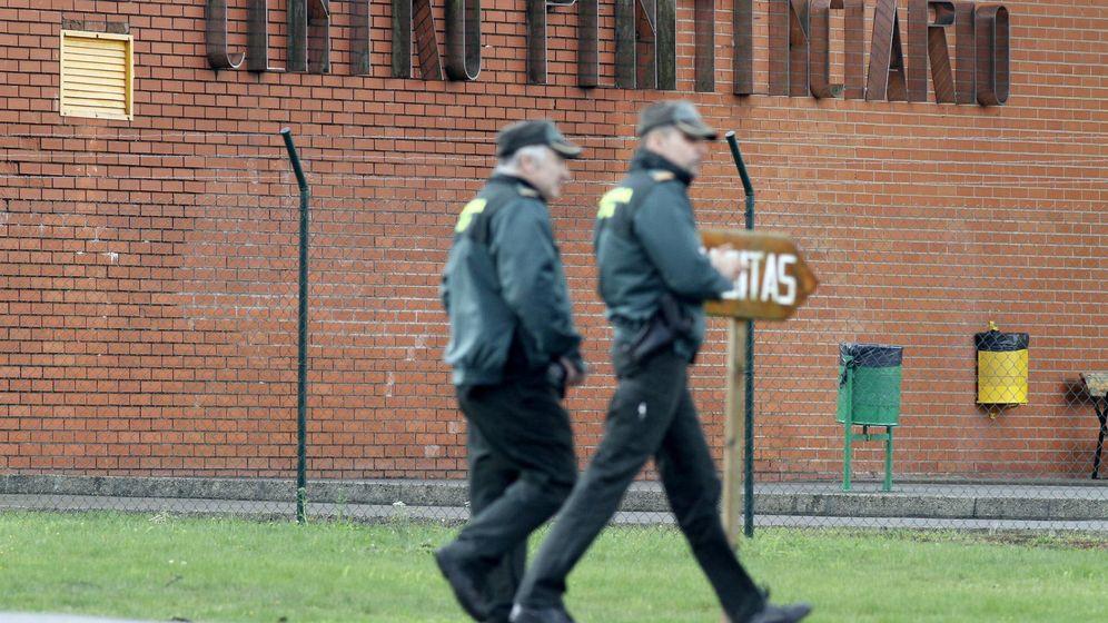 Foto: Dos agentes de la Guardia Civil controlando el perímetro de la cárcel de Teixeiro, en A Coruña (EFE)