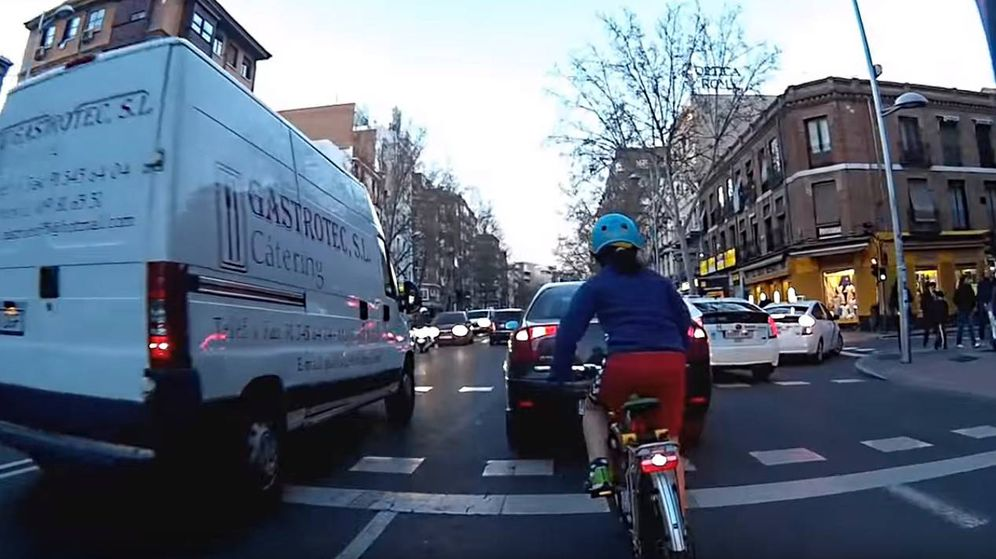 Foto: Un ciclista graba a su hija, de nueve años, circulando por la calle Bravo Murillo (YouTube)