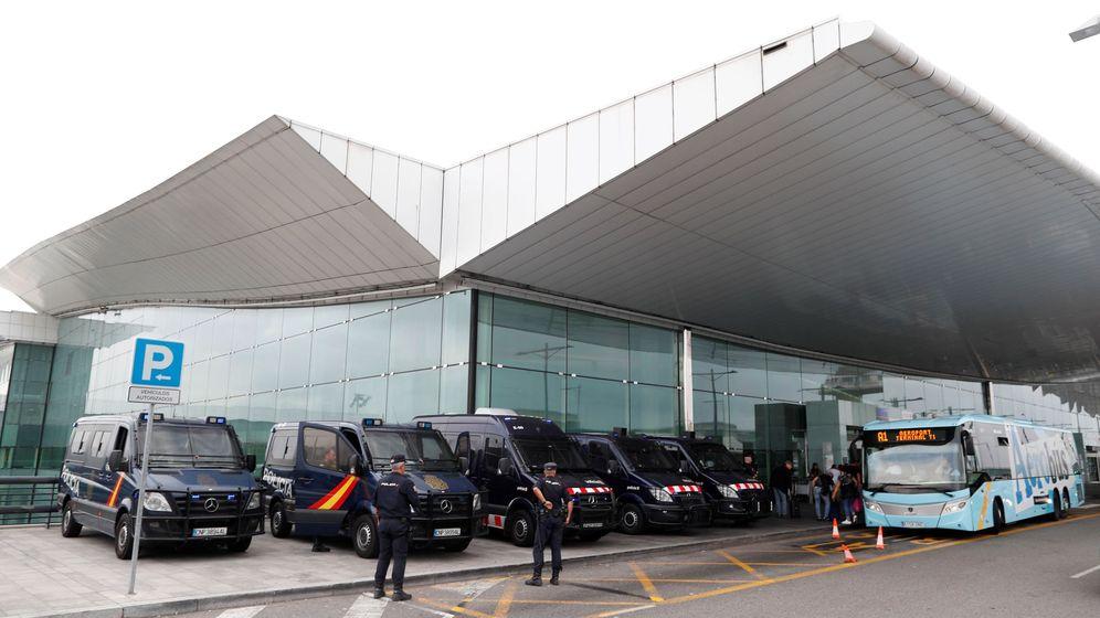 Foto: Mossos d'Esquadra y Policía Nacional se han desplegado desde primeras horas de hoy en el Aeropuerto de Barcelona. (EFE)