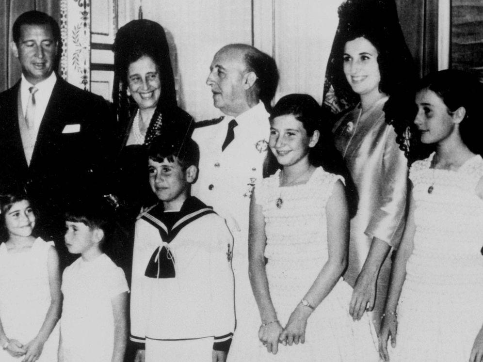 Foto: Francisco Franco con su mujer, Carmen Polo, su hija Carmen Franco, su yerno Cristóbal Martínez-Bordiú y cinco de sus siete nietos. (CP)