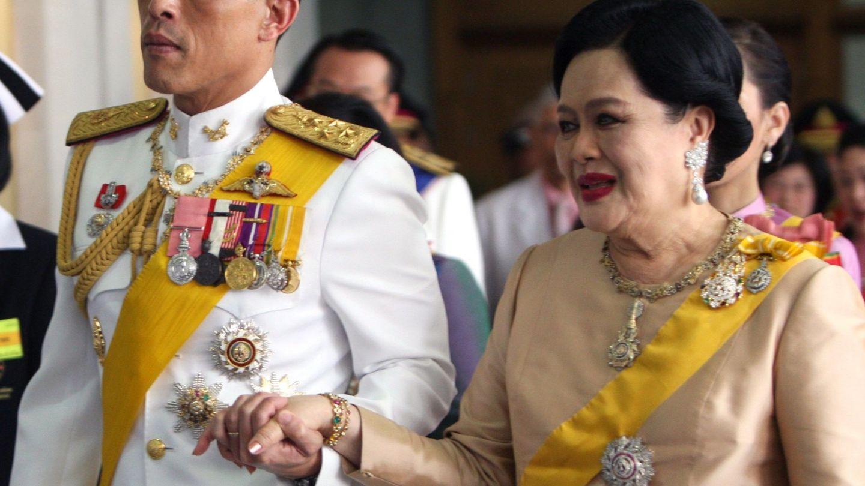 La reina Sirikit y su hijo, el rey Rama X, en una imagen de archivo. (EFE)