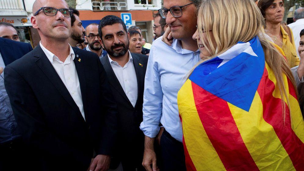 Foto: El presidente de la Generalitat, Quim Torra (2-d), el alcalde de Arenys de Munt, Joan Rabasseda (i), y el conseller de Trabajo, Asuntos Sociales y Familias de la Generalitat de Cataluña, Chakir el Homrani (2-i). (EFE)