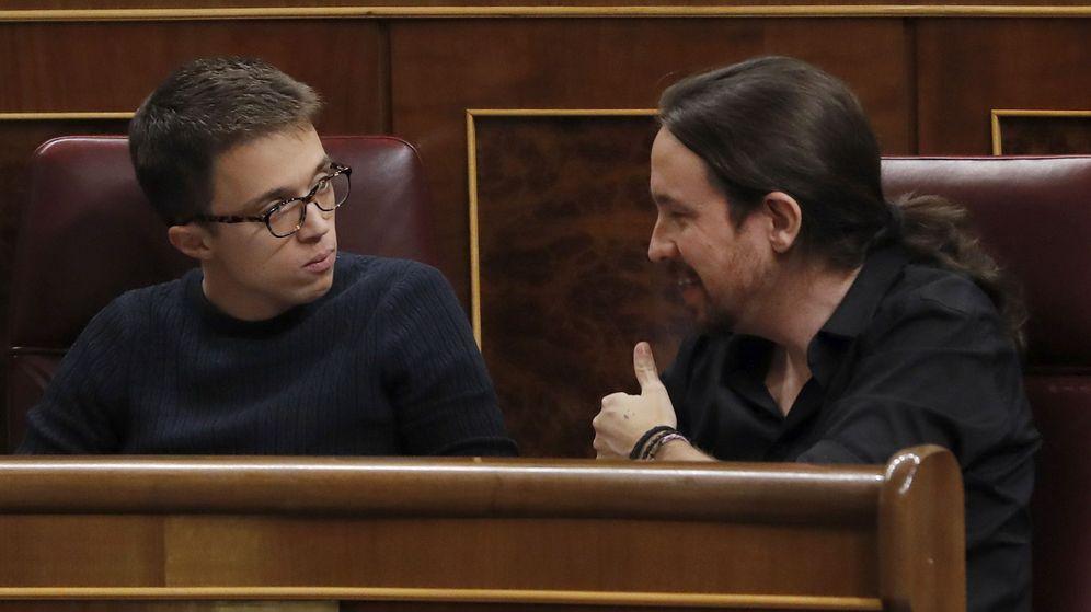 Foto: El líder de Podemos, Pablo Iglesias (d), conversa con el secretario de Política del partido y portavoz parlamentario, Íñigo Errejón (i), durante un pleno del Congreso. (EFE)
