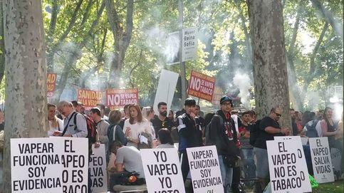 Decenas de personas se manifiestan a favor del vapeo ante el Ministerio de Sanidad