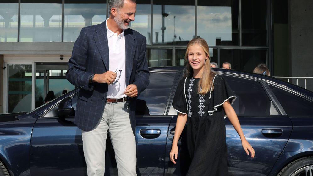 Foto: La princesa Leonor junto a su padre, en la clínica Quirón. (EFE)