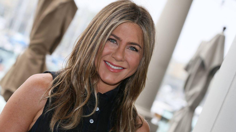El vestido que todas las celebs tienen en su armario y que Jennifer Aniston llevó primero