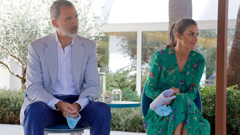 Letizia mantiene en Mallorca su fórmula triunfadora: coleta, vestido y alpargatas