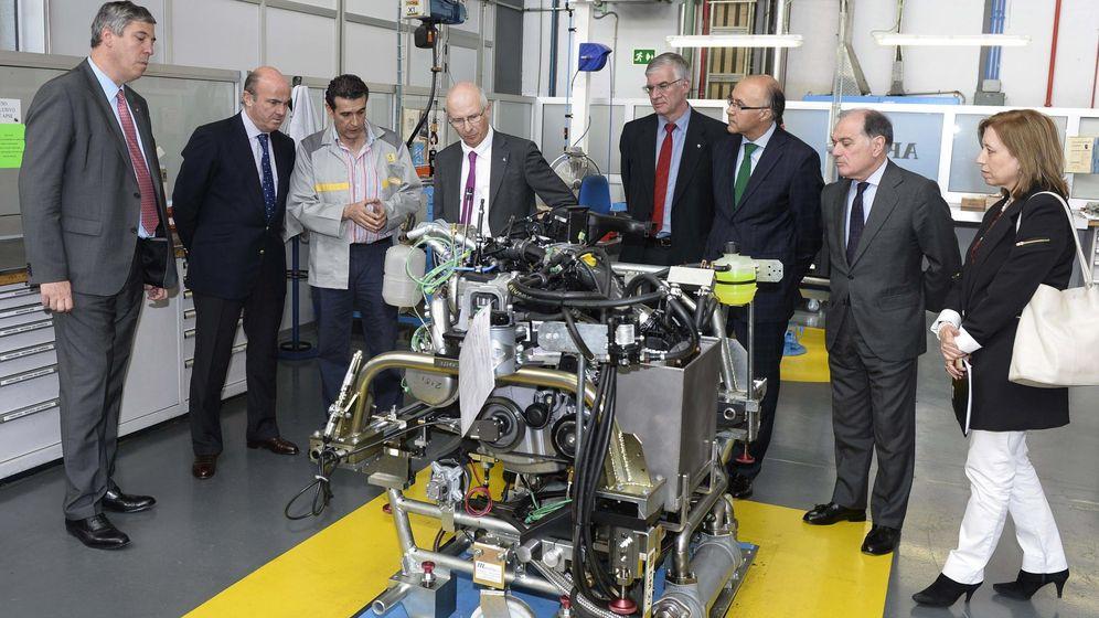 Foto: El ministro de Economía y Competitividad, Luis de Guindos (2i), durante su visita a las instalaciones del Centro I de Renault en Valladolid.