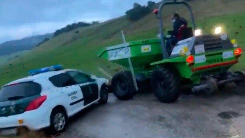 Un concejal cántabro embiste a la Guardia Civil con su tractor durante una protesta