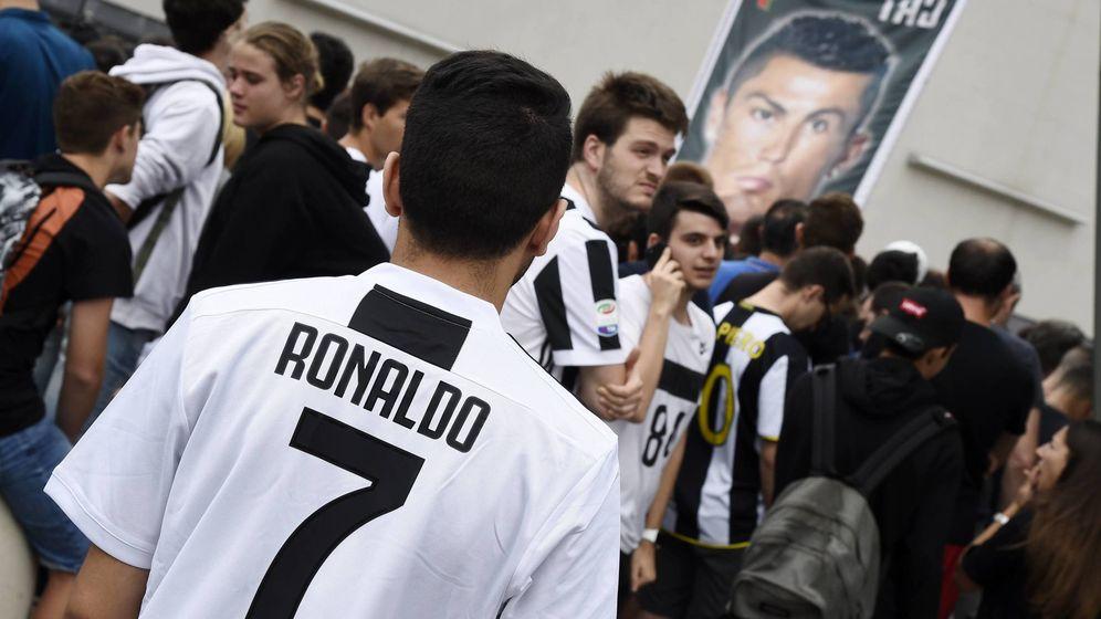 Foto: Un aficionado con la camiseta de la Juventus el día de la presentación de Cristiano Ronaldo. (Imago)