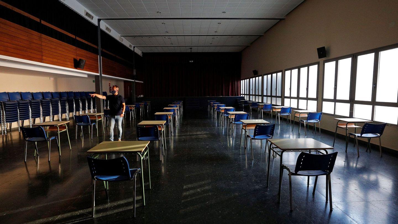 Un profesor prepara un aula en una sala multiusos en un colegio de Valencia. (EFE)