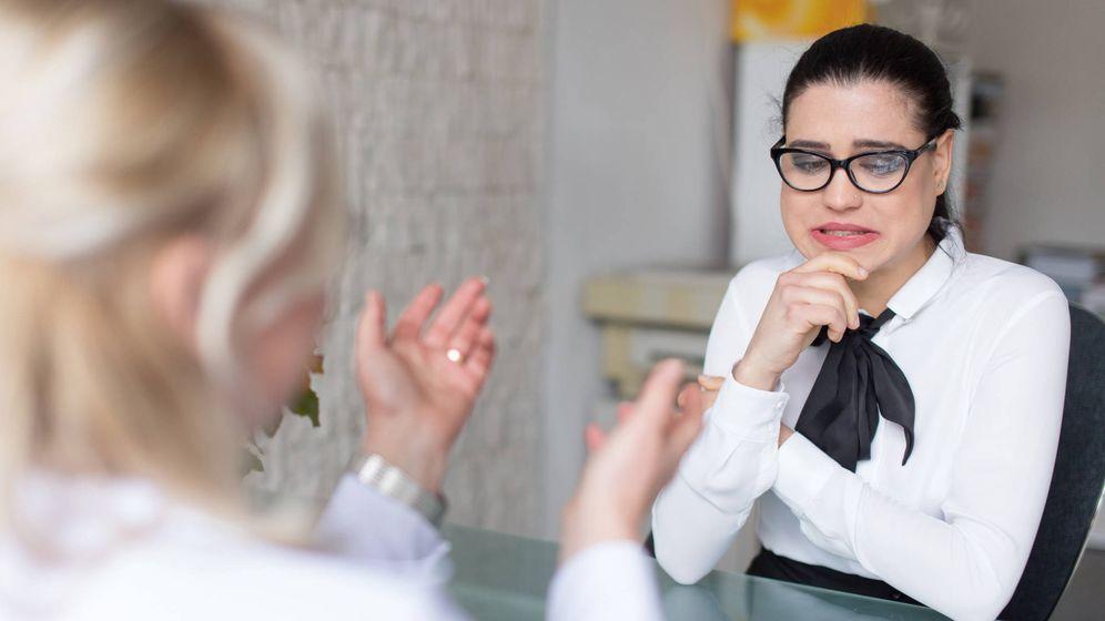 Foto: Una entrevistadora y la candidata a un puesto, durante una entrevista de trabajo. (iStock)