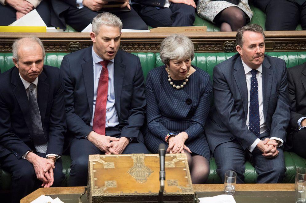 Foto: La primera ministra británica Theresa May (c) junto a miembros de su bancada en la Cámara de los Comunes. (EFE)