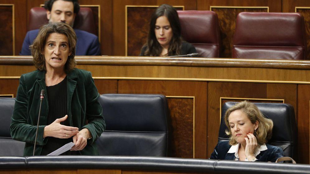 Foto: Foto de archivo del Congreso de los diputados. A la derecha la ministra de Transición Ecológica, Teresa Ribera. A la izquierda la ministra de Economía, Nadia Calviño. (EFE)