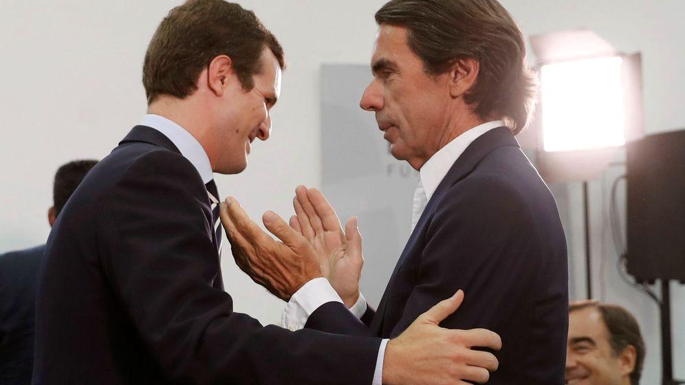 Foto: Saludo entre José María Aznar y Pablo Casado. (EFE)