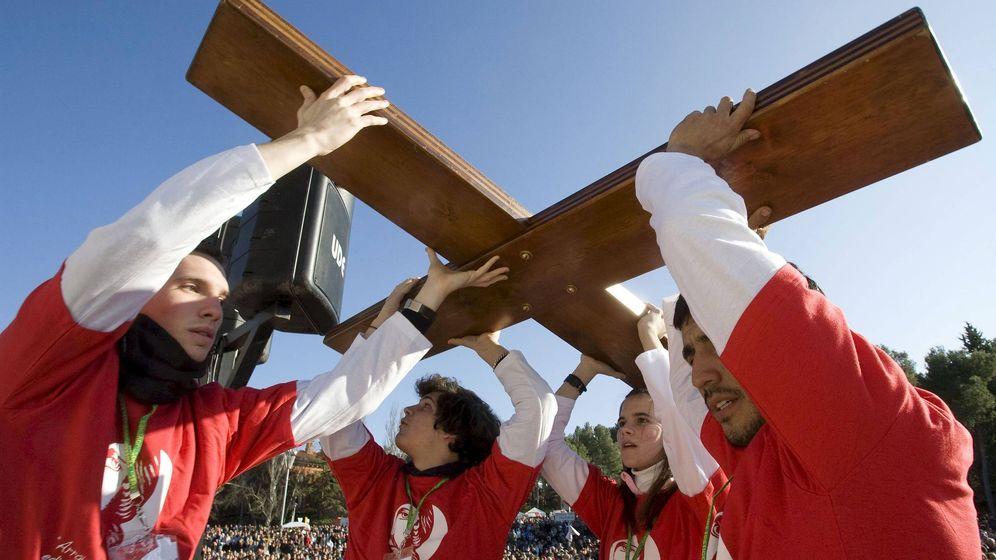 Foto: Un grupo de jóvenes de Madrid portan la Cruz de las Jornadas Mundiales de la Juventud. (Efe)