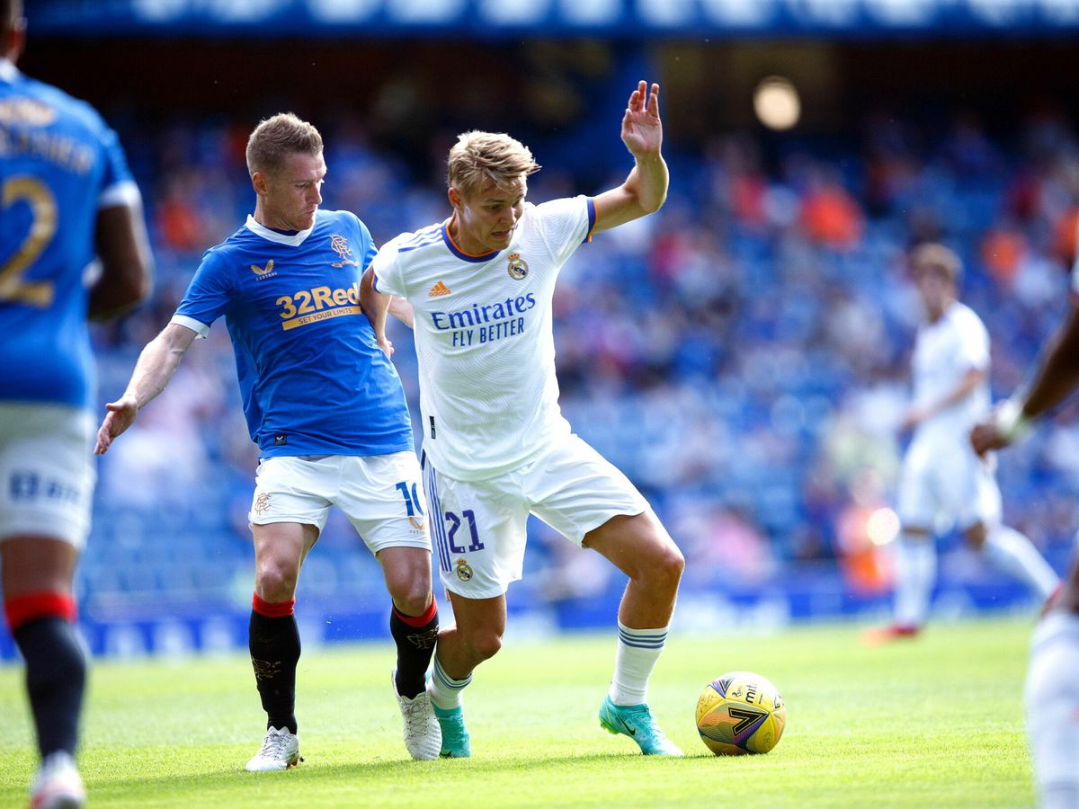 Foto: Odegaard se lleva la pelota en el partido frente al Rangers. (Reuters)