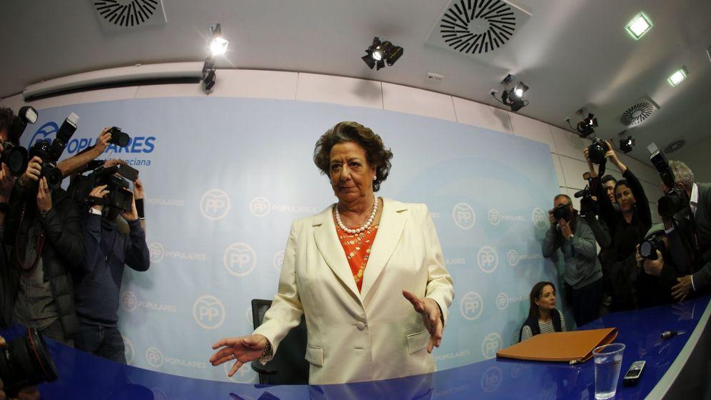 Foto: La exalcaldesa de Valencia y senadora del Partido Popular, Rita Barberá, segundos antes de la comparecencia. (Efe)