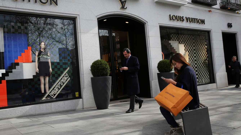 Chanel, Loewe, Versace… Vigilantes de pega en la milla de oro madrileña