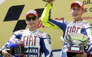 Rossi le 'birla' la victoria a Lorenzo en la última curva