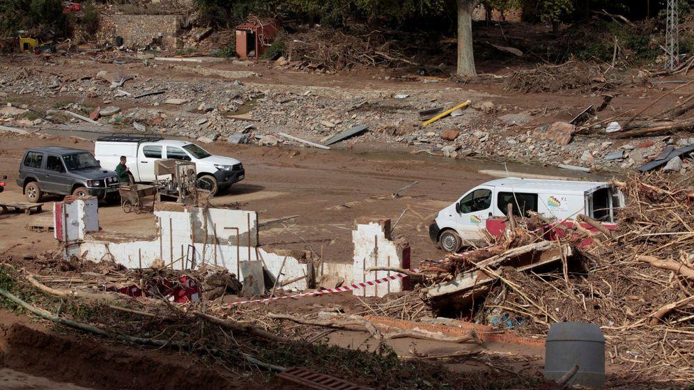 Foto: Vecinos trabajan en las tareas de limpieza y desescombro en una bodega totalmente arrasada en L'Espluga de Francolí (Tarragona). (EFE)