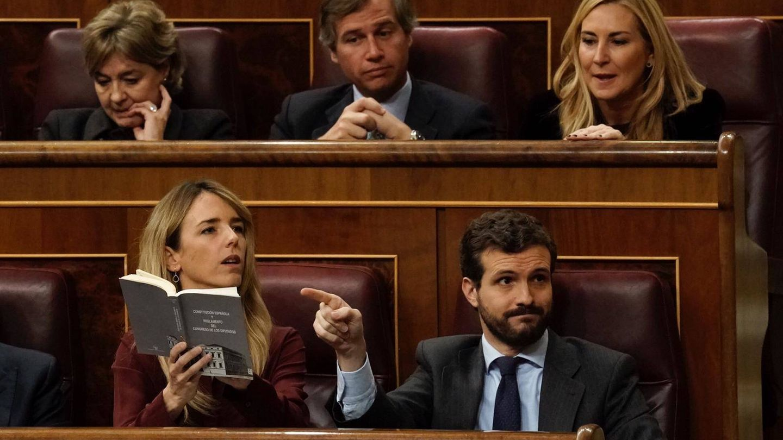 Cayetana Álvarez de Toledo (PP), con una Constitución en la mano, tratando de tener la palabra en medio de la intervención de Aizpurua (PP)