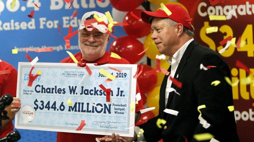Foto: Charles W. Jackson, en el momento de recoger el cheque con su premio (Foto: Powerball Lottery)
