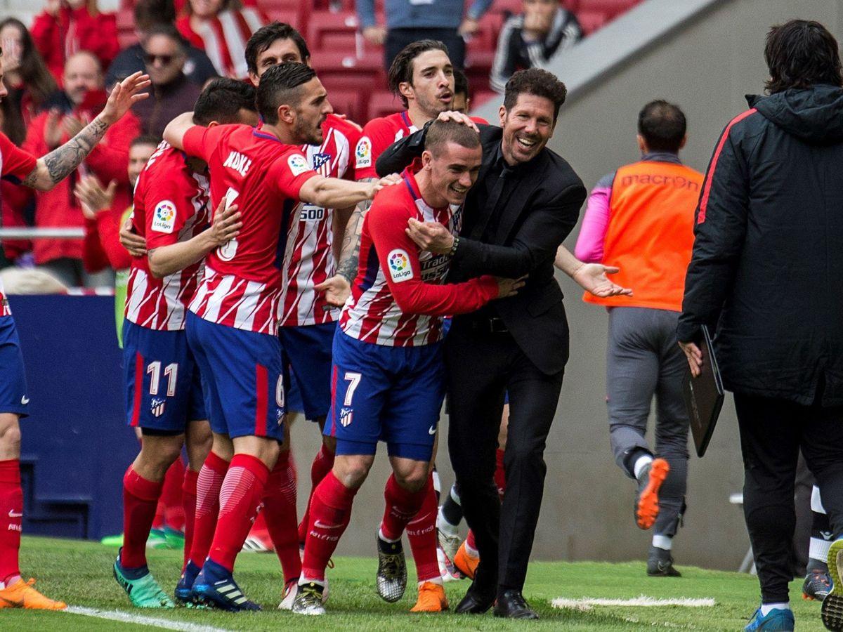 Foto: Simeone abraza a Griezmann tras uno de sus últimos goles como jugador rojiblanco. (EFE)