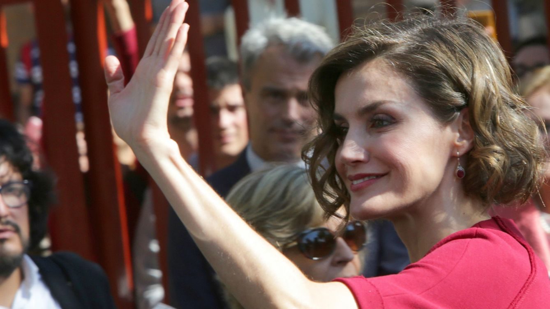 Foto: La Reina Letizia saludando al público (Gtres)