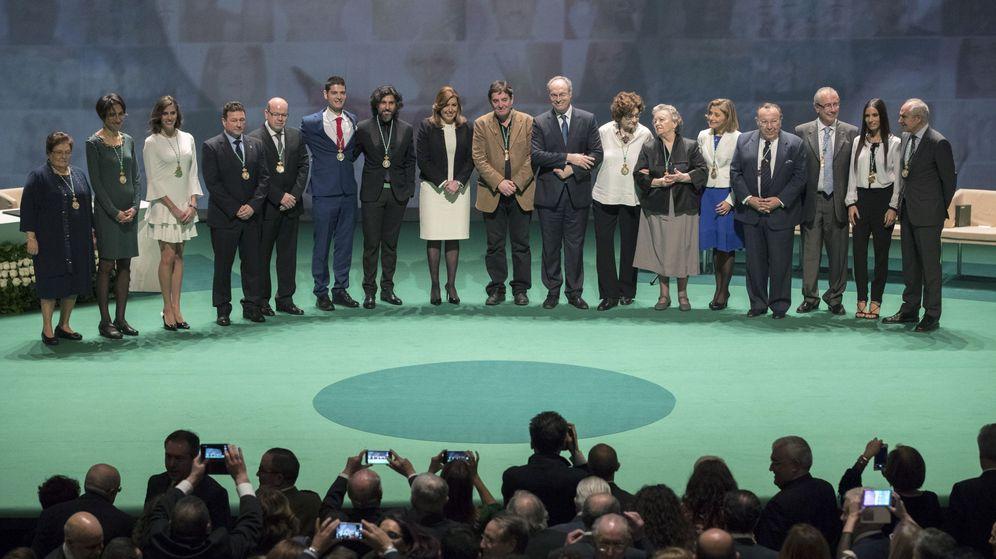 Foto: Susana Díaz (8i) entrega las medallas de Andalucía. (EFE)