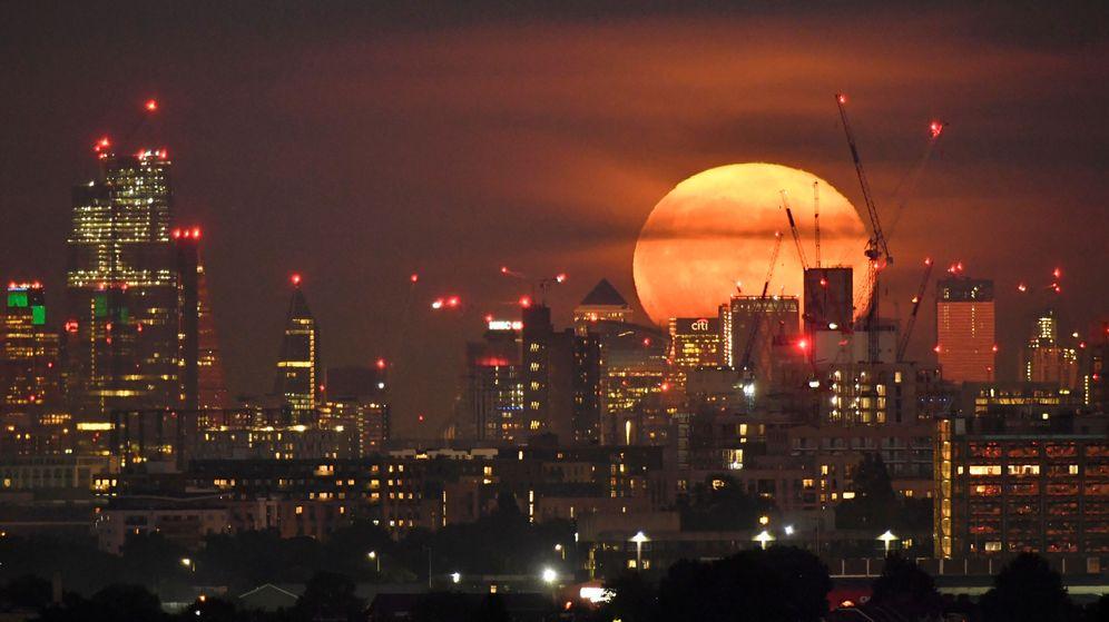 Foto: La luna llena, tras los rascacielos de la City de Londres. (Reuters)