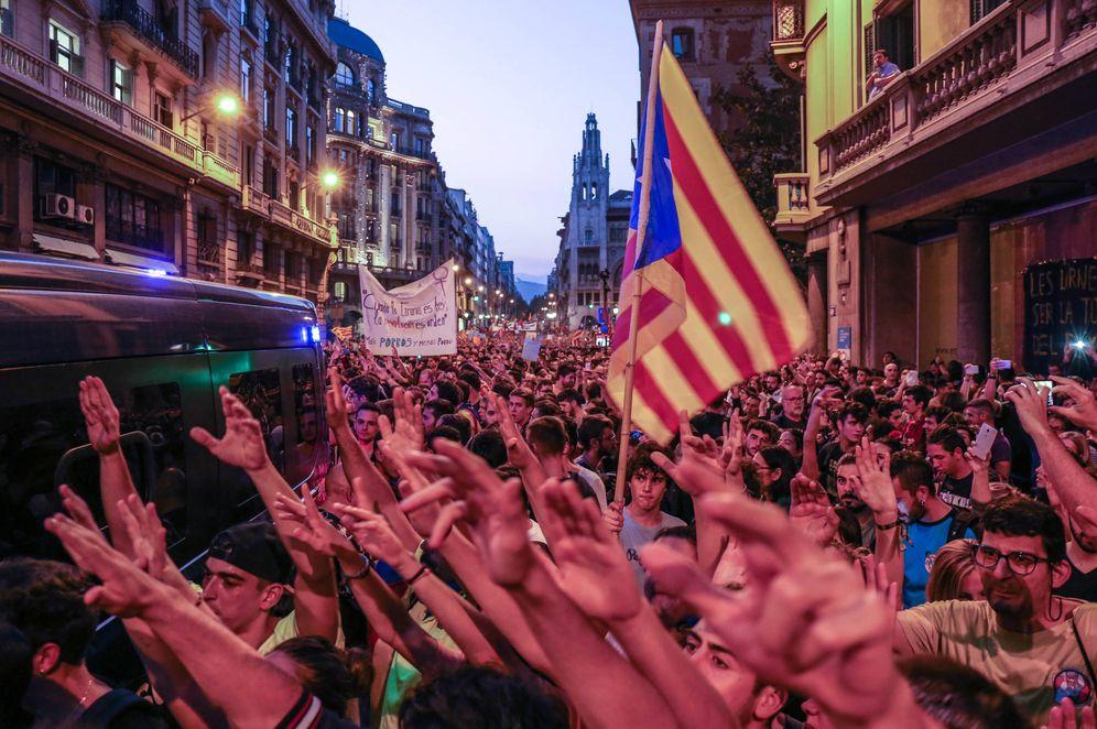Foto: Miles de manifestantes, congregados ante la Jefatura Superior de Policía de Barcelona. (David Brunat)