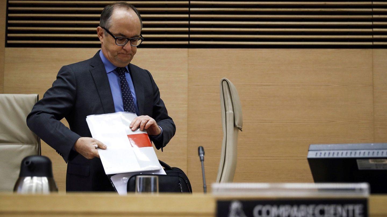 Fernando Restoy a su llegada a la comparecencia en la Comisión del Congreso que investiga la crisis. (EFE)