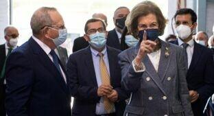 Foto de Doña Sofía, recibida con aplausos durante su visita al Banco de Alimentos de Granada