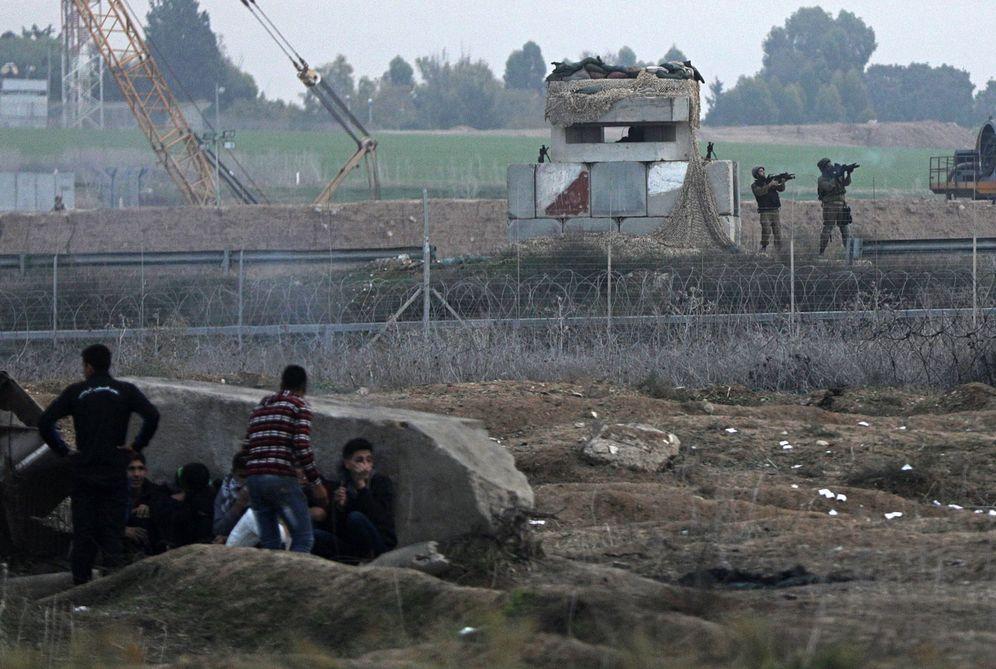 Foto: Soldados israelíes lanzan gas contra una protesta en la Franja de Gaza. (EFE)