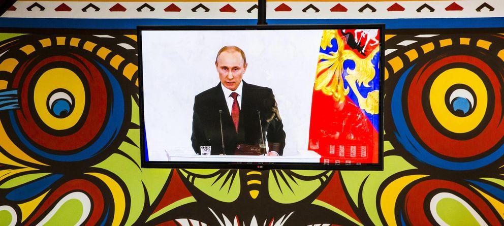 Foto: Vladimir Putin, en una pantalla de televisión en un restaurante en Simferopol. (Reuters)