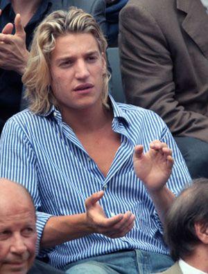 El hijo rapero de Sarkozy escapa a la tragedia