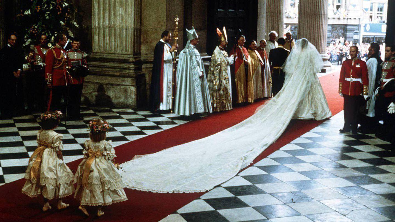 La interminable cola del vestido de Diana. (Cordon Press)