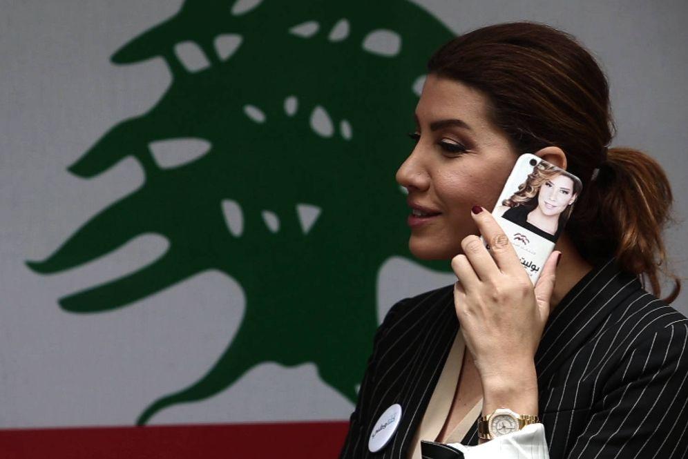 Foto: Paula Yacubian hablando por teléfono en su oficina electoral durante la entrevista con El Confidencial (E. Bonet)