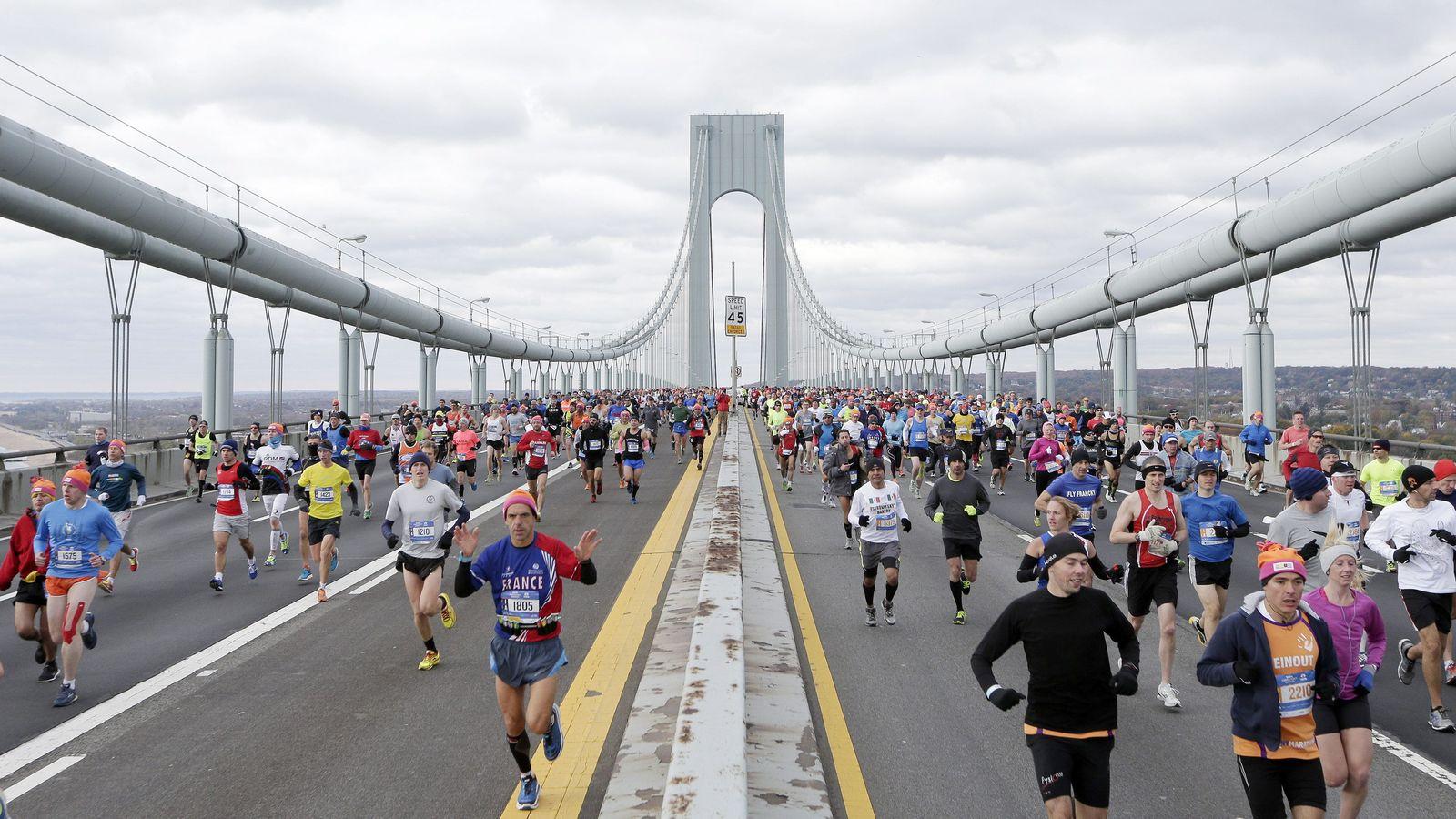 Foto: Imagen de los participantes de la maratón de Nueva York por el puente de Verrazano. (Efe)