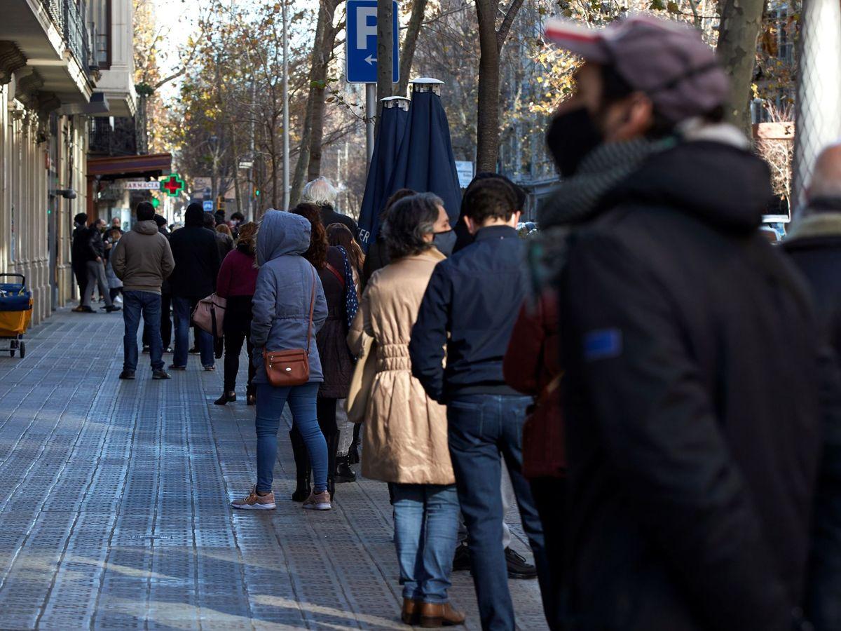 Foto: Multitud de personas hacen cola para realizarse una PCR en un laboratorio de Barcelona, el 4 de enero. (EFE)