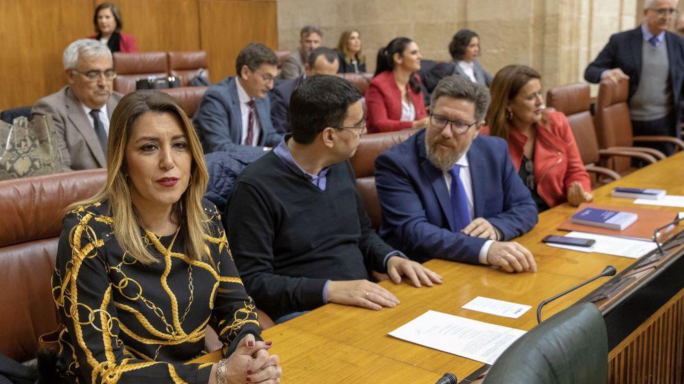 Foto: La expresidenta de Andalucía Susana Díaz, en su escaño durante el pleno del Parlamento de Andalucía. (EFE)